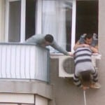 Funny AC aircondition installation funny technician Watch the support from the guy on the lift